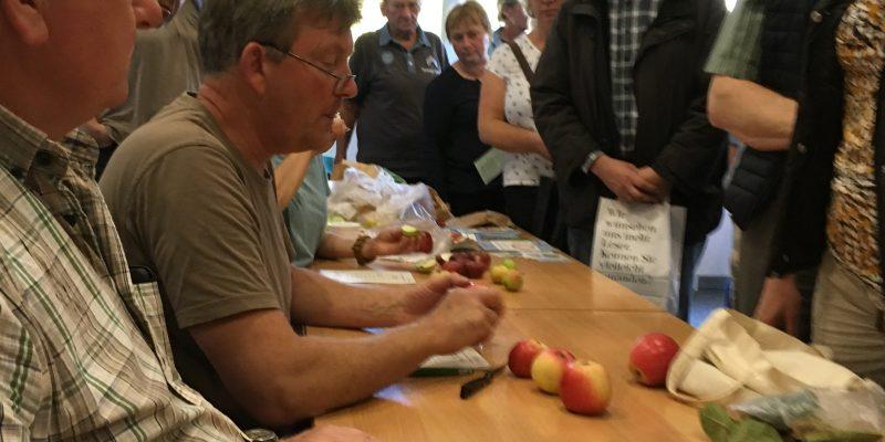 Foto: Apfelsortenbestimmung mit dem Pomologen Jens Meyer im Informationszentrum PAHLHUUS. Fotoautor: Frank Hermann